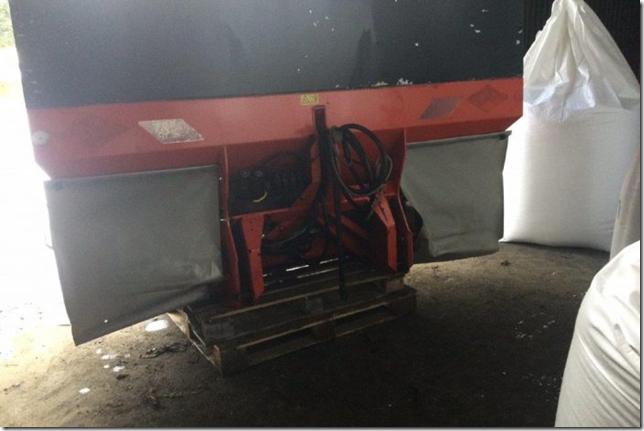 kuhn--axera-h1101-fertiliser-spreader